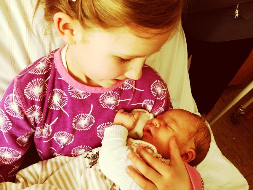 In den Armen der großen Schwester