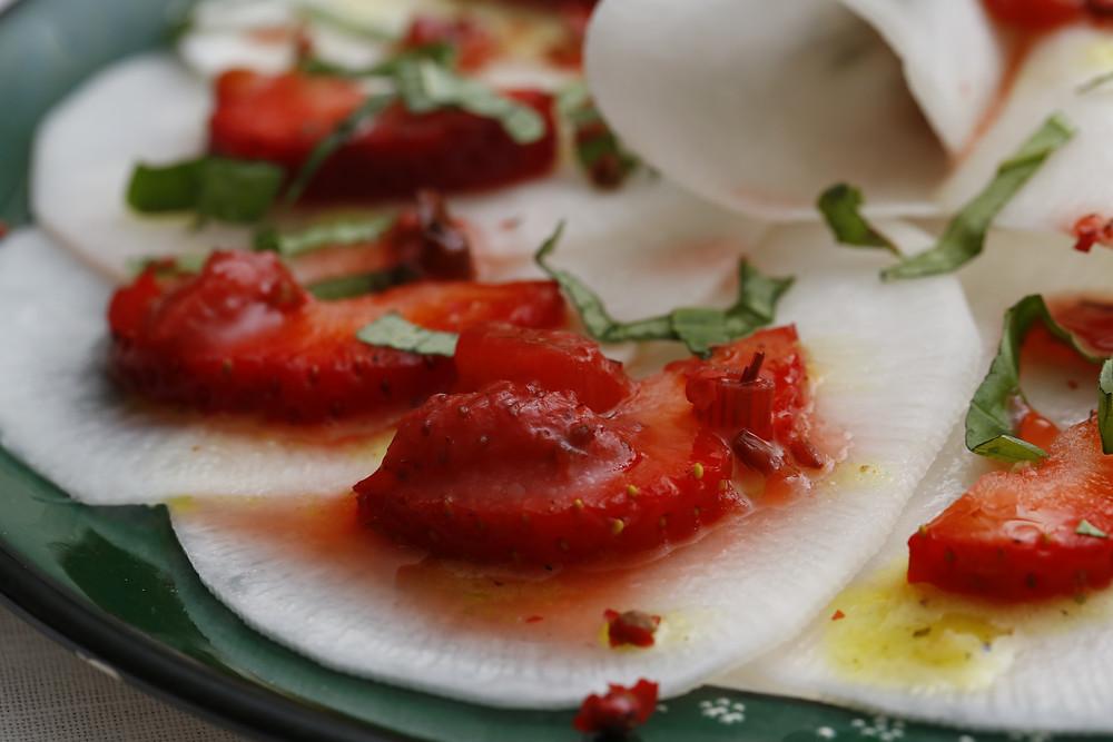 Rettich-Carpacchio mit Erdbeer-Lavendel-Relish
