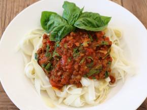 Spargel-Bandnudeln mit Veggie-Bolognese