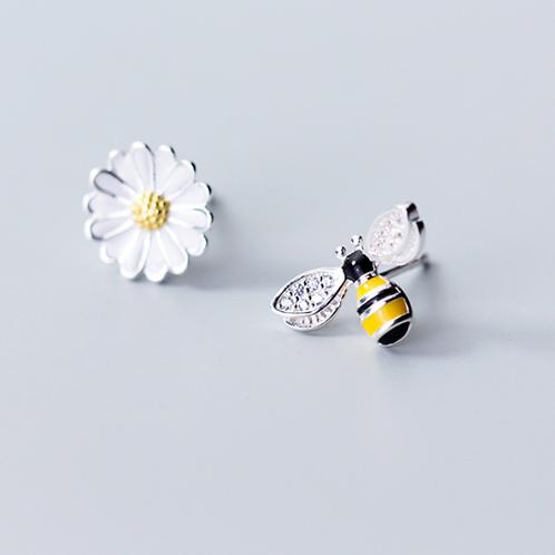 A Bee and Daisy Ear Studs - MOOII