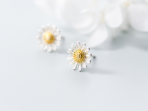 Sweet Daisy Flower Yellow Stamens Sterling Silver Ear Studs - Mooii