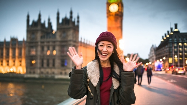 female_tourist_london_495763126