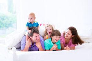 famille-avec-trois-enfants-dans-la-chamb
