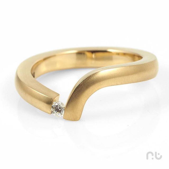 18ct Yellow Gold with tension set Diamond