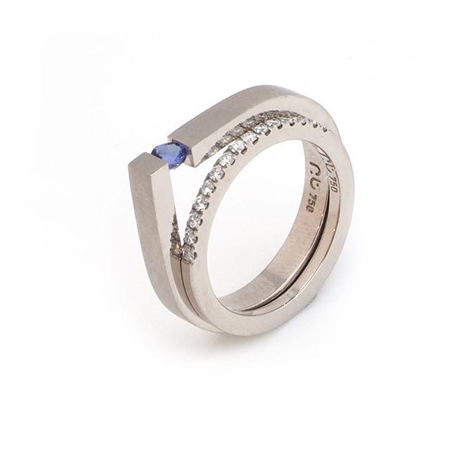 A bit of a favourite combination. The focus this tension set ring brings to a modest size gemstone i