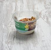Iogurte com granola e doces de frutos vermelhos