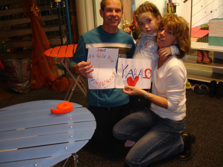Oski, Brigitte und Jana, die stolzen Besitzer des neueröffneten Yabalos an der Eröffnung am 1. Dezember 2007.