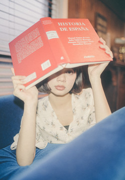 赤い本を持つ少女