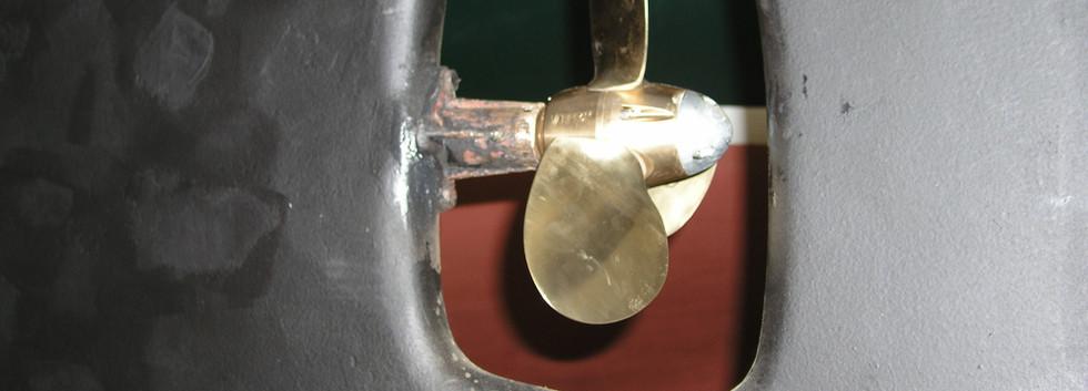 Mistral 33 Werftarbeit neue Schraube (1)