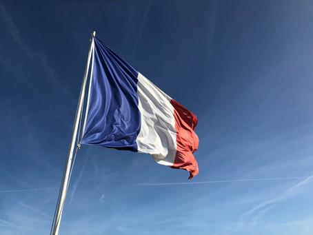 Comment le français a-t-il été supplanté par l'anglais dans les relations internationales ?