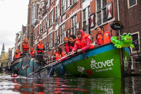 運河好美,卻好髒,阿姆斯特丹邀觀光客一起淨河