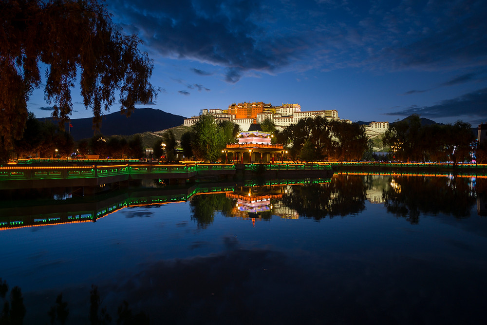 Il Potala palace riflesso nel laghetto accanto alla piazza principale