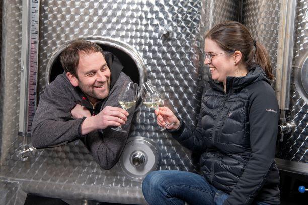 Jana und Christian im Weinkeller beim Wein Probieren