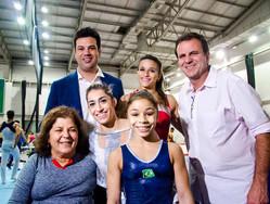 Atletas da ginástica recebem autoridades