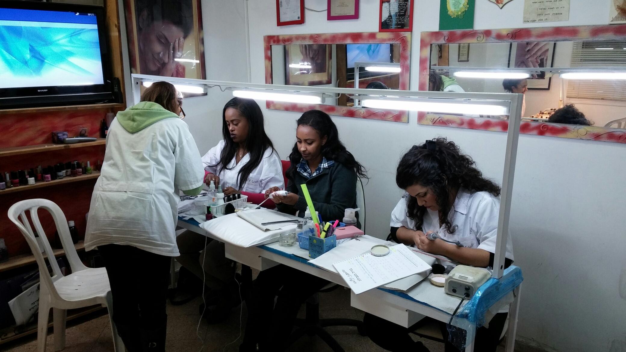 תלמידות בקורס בניית ציפורניים