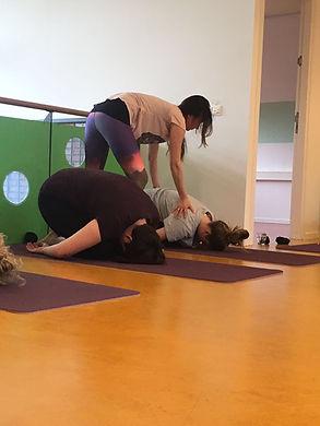 Yogadocent Arjanneke Hogewoning aan het werk
