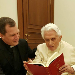 Bento XVI com o Homiliário.