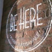 Logo peint sur brique