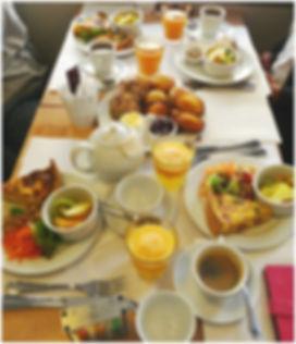 Brunch Dame Gourmande Granville scones, thé jus d'orange, fruits frais, tarte salée et sucrées, thé