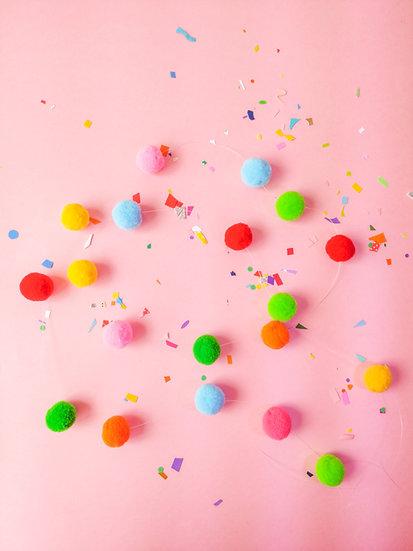Cordão de pompons coloridos