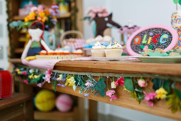 Guirlanda de flores artesanal - Festa Era uma Vez