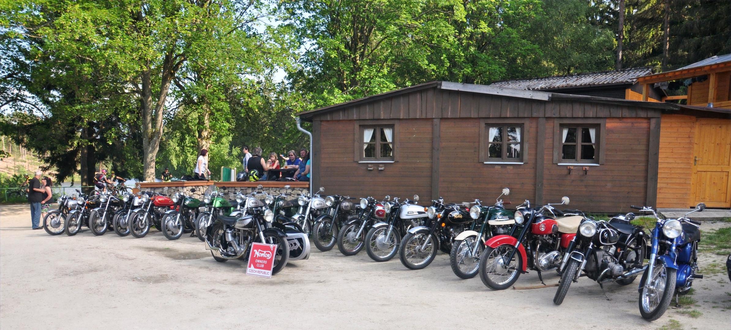 Pokračování 1. NOCCR srazu v kempu Zvůle - exhibice zůčastněných motocyklů.