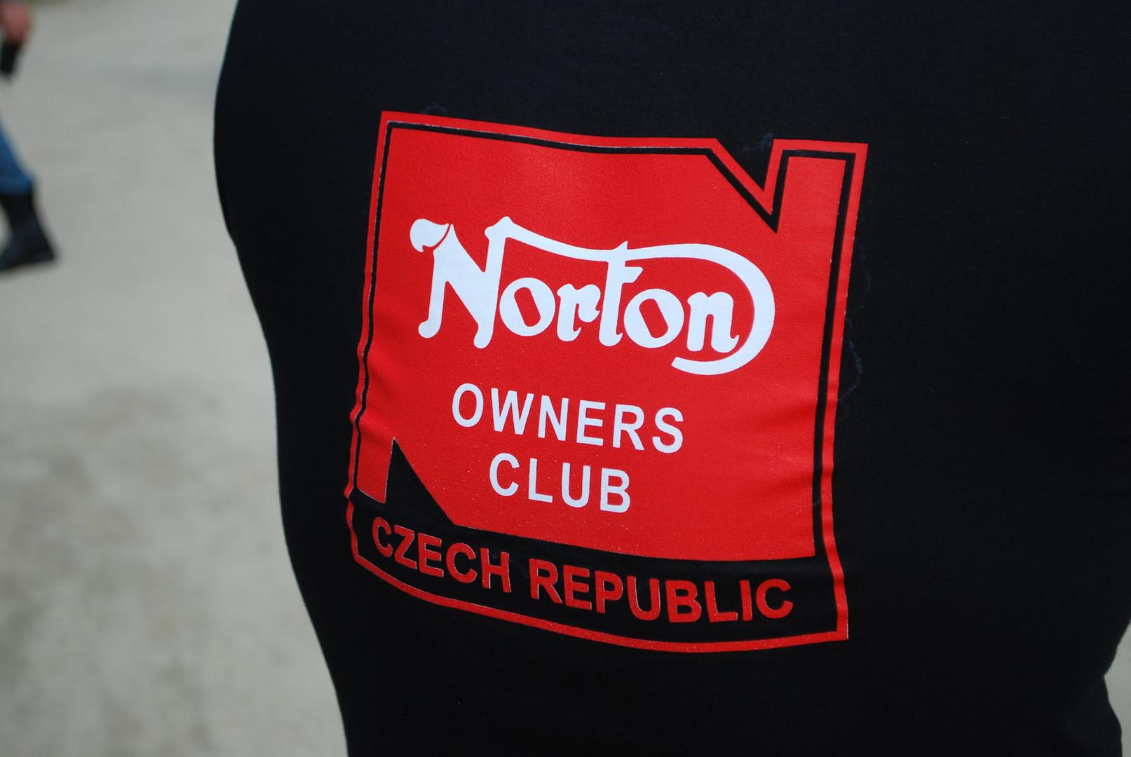 Nabídnuty byly prodejní vzorky klubového trička! VYPRODÁNO!!!!!
