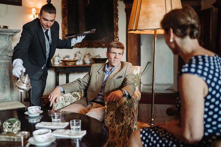 Butler und Haushaltshilfe serviert Tee