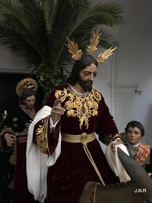 Casimirin mirando al Señor con su ropa de salida