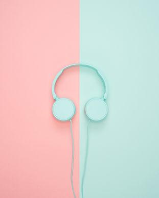 white-headphone-1037992.jpg