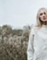 Fille blonde dans un champ