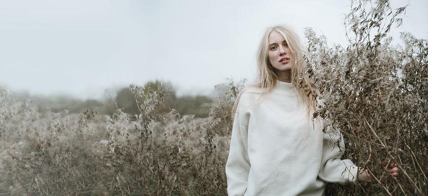 Blondes Mädchen in einem Feld