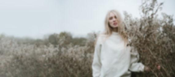 Chica rubia en un campo