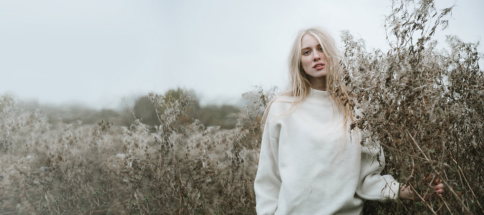 Блондинка девушка в поле