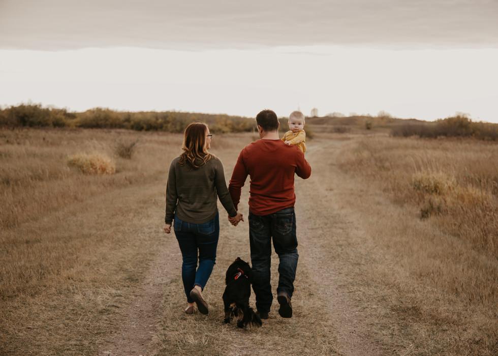 family kids newborn outdoor sunset photos photography photographer couple balgonie white city regina family photographer