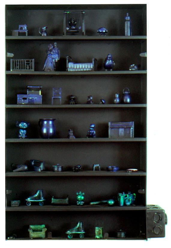 """""""Los fragmentos que entregó"""" Juguetes plasticos,hierro, pintura de criatal líquido, termostato. 85 x 50 x 13 2000"""