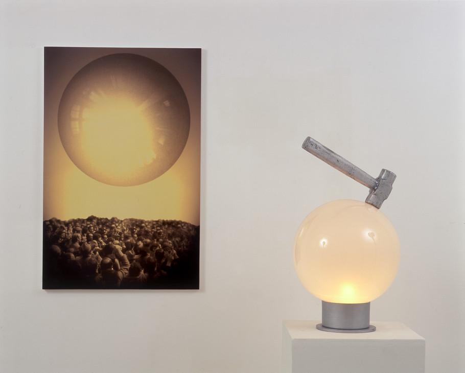 """Objeto-masa"" Impresión digital, vidrio, aluminio. Dimensiones variables 2000"