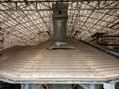 瓦の剥ぎ取りが完了し50年前に使用していた土居葺を見れるようになりました!