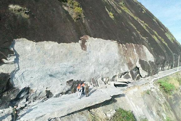 Deslizamento de rocha obstrui área de acesso à Fortaleza de Santa Cruz