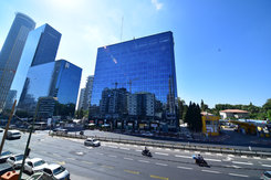 משרדים במגדלי התאומים  מגדלי התאומים הם שני מגדלי משרדים בני 14 קומותזהים ברחוב ז'בוטינסקי(מתחם הבורסה) 33 ו-35 ברמת גן. מגדלי משרדים ייצוגיים ומרהיבים, בכל מגדל שש מעליות, מתוכן ארבע לקומות ושתיים לחניון תת-קרקעי משותף שהכניסה אליו בצמוד לבניין.  המגדל כולללובי מפואר הכולל עמדת קבלה מאוישת ופינת המתנה בכניסה.