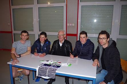 Signature des licences pro avec un de nos partenaires Benoit Gloux (BG Propreté) à droite de l'image