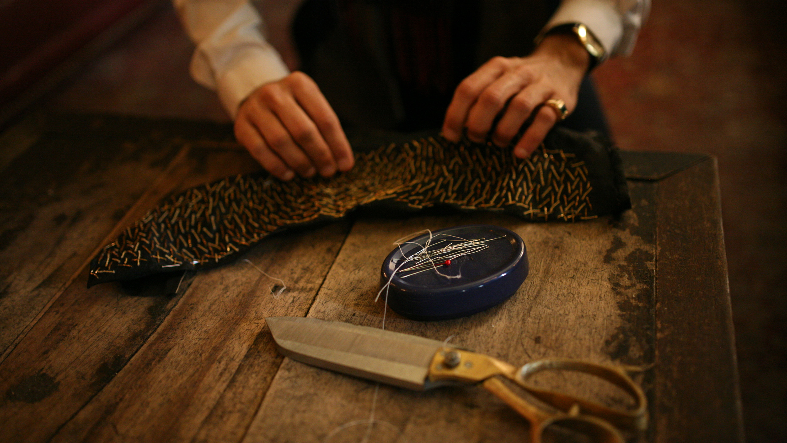 The making of a collar.