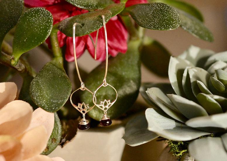 Boucle d'oreille lotus grenat