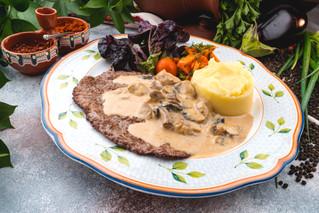Говяжья вырезка с грибным соусом и картофельным пюре