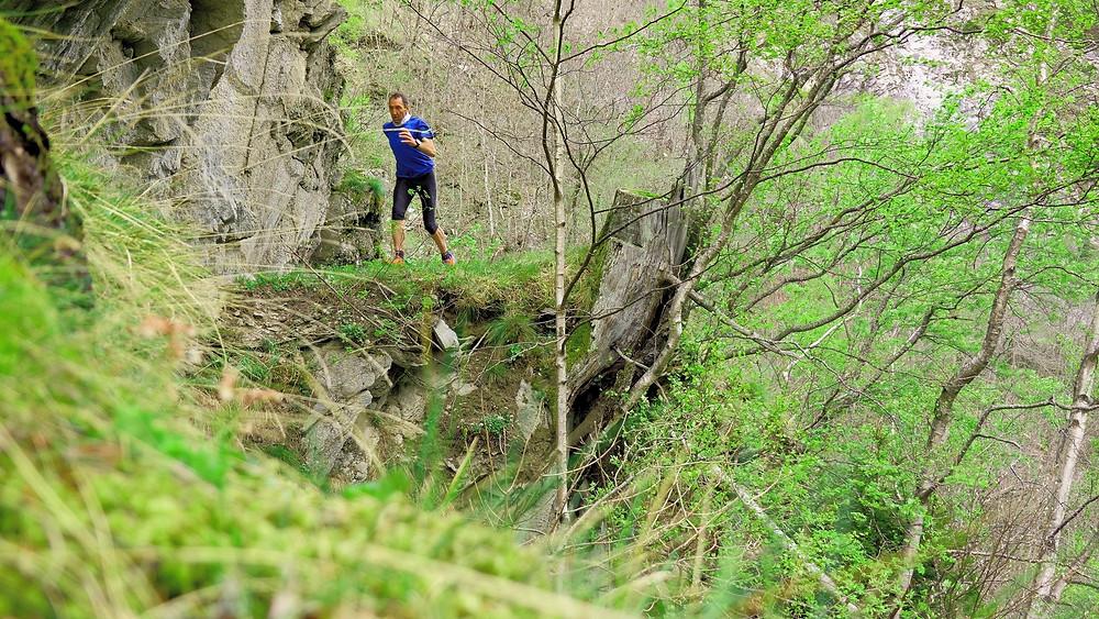 Trail runner in the Baltschiedertal along the Suonen. Trailpetsch on tour in the Valais