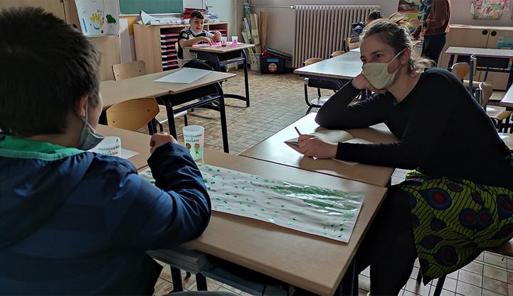 Pendant que Solène tape la discut avec les élèves de CM2, Magali les fait peindre et dessiner le carnet du voyage de leur vie.