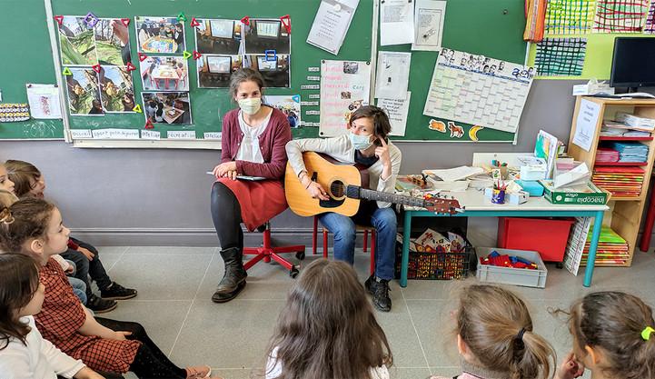 Héloïse et Solène ont chanté gloire au vélo avec la classe de grande section