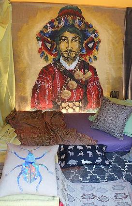 Peinture à l'acrylique sur toile de jute de Pascaline Bossu, costume marocain, décoration des magasins Coco-mat