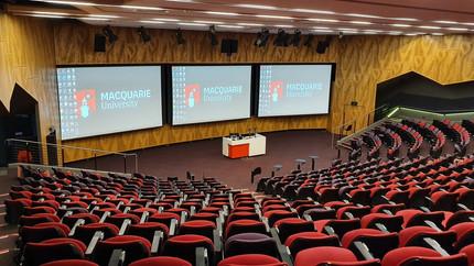 Teatro principal, mais espaçoso, para receber palestras e conferências.