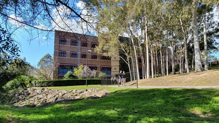 Prédio do Departamento de Estudos em Educação visto de trás.